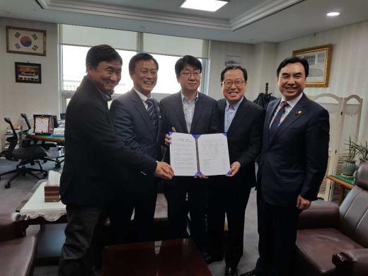 ▲ 조광한 남양주시장, GTX-B 예타 면제 촉구 서명부 전달. / 사진제공=남양주시