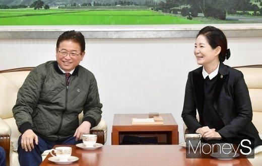 이철우 경북도지사(사진 왼쪽)가 1일 대구시장 근무  중 대구시의회(의장 배지숙)를 방문했다/사진=경상북도