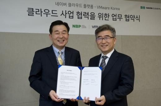 김태창 NBP 클라우드사업 본부장(왼쪽)과 전인호 VM웨어 코리아 사장이 기념사진을 찍고 있다. /사진=NBP