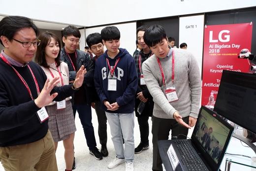 지난해 11월 서울 강서구 마곡 LG사이언스파크에서 열린 'LG AI 빅데이터 데이' 행사에서 LG 연구원들이 LG CNS의 빅데이터 분석 플랫폼 '디에이피'의 행동 분석 시스템을 시연하고 있다. /사진=뉴스1