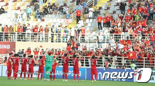 17일 오전(한국시간) 아랍에미리트(UAE) 알아인의 하자 빈 자예드 스타디움서 열린 예멘과의 '2019 아시아축구연맹(AFC) 아시안컵' D조 조별리그 3차전에서 2-0 승리를 따내며 16강 진출 가능성을 살린 베트남 축구 대표팀. /사진=뉴스1