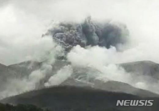일본 남서부 규슈 가고시마현 구치노에라부지마에 있는 신다케 화산이 17일 분화했다. /사진=뉴시스(일본 기상청 홈페이지 캡처)