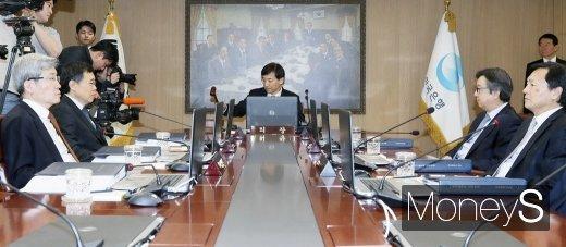 2019년 1월 통화정책방향 관련 금융통화위원회가 열린 24일 서울 중구 한국은행에서 이주열 한국은행 총재가 의사봉을 두드리고 있다./사진=임한별 기자