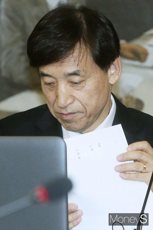 [머니S포토] 자료 정리하는 이주열 총재