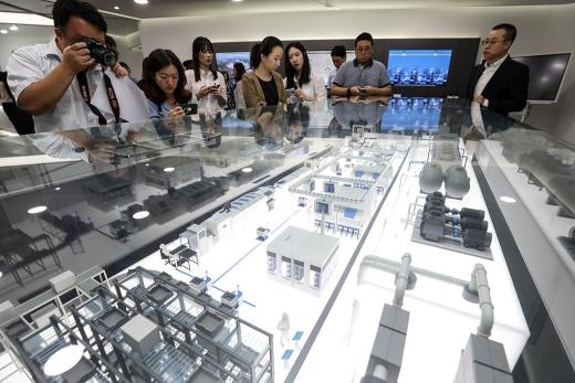 삼성SDS가 지난해 8월 서울 송파구 삼성SDS 잠실캠퍼스에서 열린 '삼성SDS 인텔리전트팩토리 미디어데이' 행사에 인공지능 기반 넥스플랜트 플랫폼 인텔리전트팩토리 모형을 공개했다. /사진=뉴스1