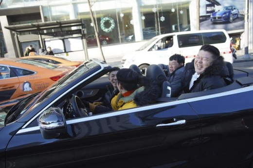 '한끼줍쇼' 그레이와 로꼬가 '규동' 형제를 태우고 드라이브를 하고 있다. /사진=JTBC 제공