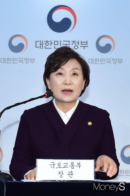 [머니S포토] 답변하는 김현미 장관