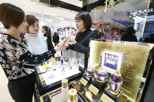 중국 상하이 빠바이반 백화점의 LG생활건강 '후' 매장에서 고객들이 제품에 대한 설명을 듣고 있다/사진=LG생활건강