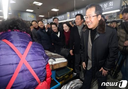 홍준표 자유한국당 전 대표가 26일 오후 부산 자갈치 시장을 찾아 시장을 둘러보고 있다./사진=뉴스1