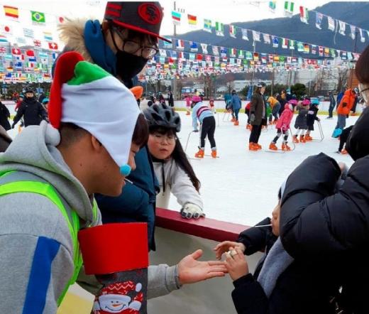 지난해 12월 성탄절에는 2500여명의 시민들이 웅상 야외스케이트장을 방문했으며, 특별 이벤트로 직원들이 산타 모자를 착용하고 아이들에게 사탕을 나누어주는 등 성탄절 분위기를 물씬 느낄 수 있어 가족단위 이용객들의 호평을 받았다./사진제공=양산시