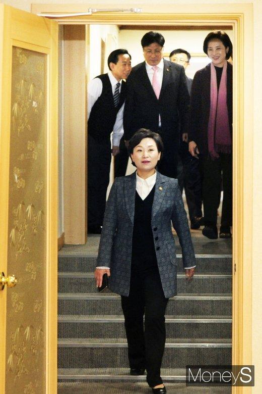 [머니S포토] 국공립 유치원 확충, 입장하는 김현미