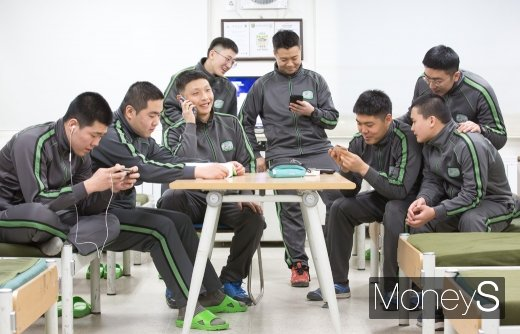 [머니S포토] 달라진 병영문화, 생활관에 등장한 휴대전화