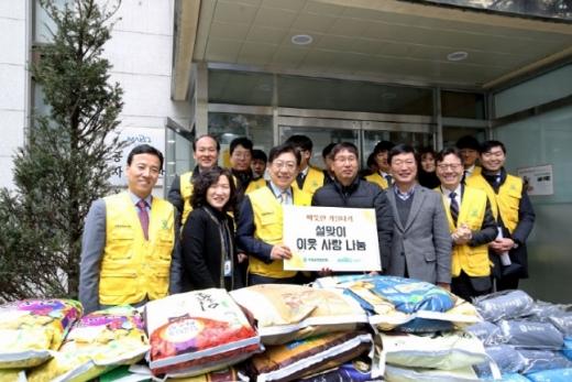 31일 서울 마포구 공덕동주민센터 앞에서 박재식 저축은행중앙회장과 임직원들이 쌀과 기부금을 전달하고 있다. /사진=저축은행중앙회