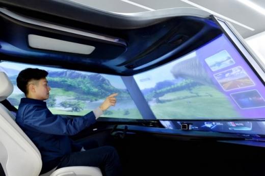 가상공간 터치기술 등 첨단 인포테인먼트 시스템을 시연하는 모습. /사진=현대모비스