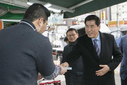 부곡도깨비시장을 방문한 김상돈 의왕시장. /사진제공=의왕시