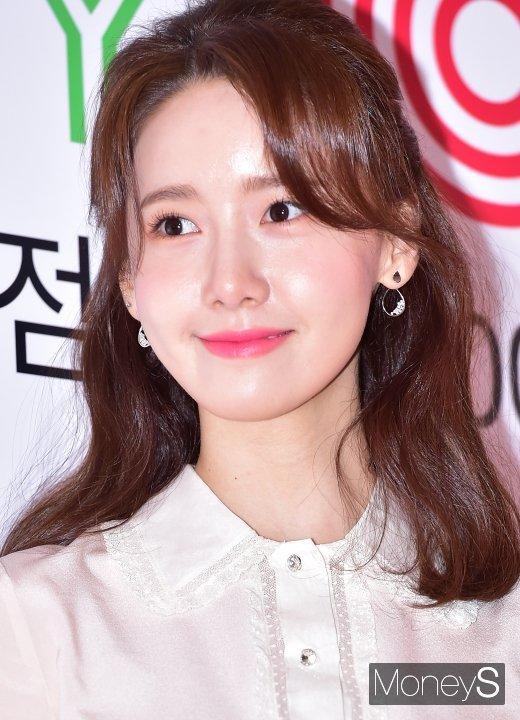 [머니S포토] 윤아 '반짝이는 꿀피부'