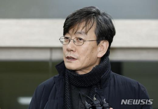 폭행과 협박 의혹을 받고 있는 손석희 JTBC 대표이사가 17일 새벽 서울 마포경찰서에서 조사를 받은 뒤 귀가 중 취재진 질문에 답변하고 있다/사진=뉴시스