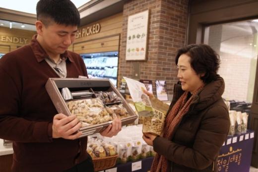 신세계센텀시티는 오는 19일 정월대보름을 맞아 행사장을 마련해 부럼세트, 오곡밥 등을 판매하고 '우리술방'에서는 귀밝이술로 적합한 전통주를 선보인다./사진제공=신세계센텀시티