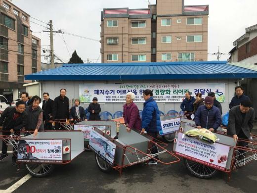 '폐지 수거 어르신을 위한 경량화 리어카 전달식'. /사진제공=수원시