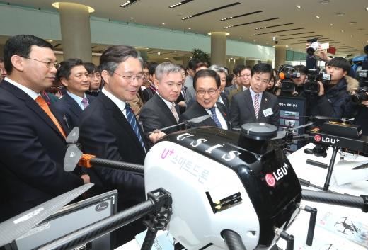 하현회 LG유플러스 부회장이 5G 상생협력 간담회에서 전시제품을 들러보고 있다. /사진=LG유플러스