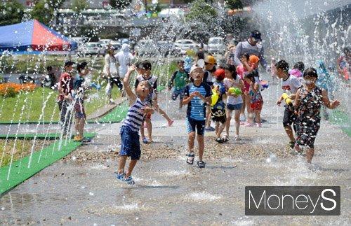 지난해 개최된 장흥물축제 현장에서 아이들이 물축제를 즐기며 즐거운 한때를 보내고 있다. /사진=장흥군 제공