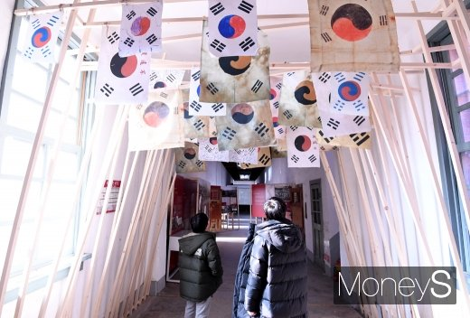 [머니S포토] 서대문형무소역사관에 설치된 태극기 바라보는 학생들