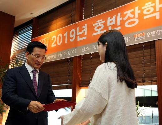 장학금을 전달하는 김상열 호반장학재단 이사장. /사진=호반건설