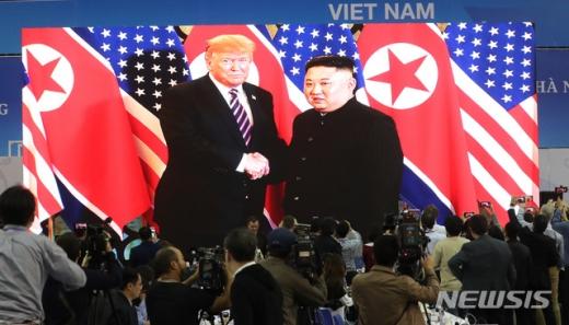 트럼프·김정은, 공개 환담 종료… 20분간 비공개 단독회담 진행 (속보)