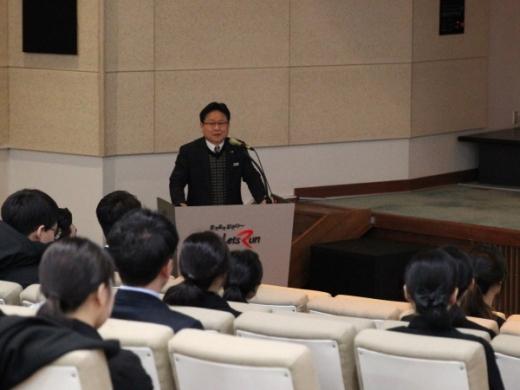 한국마사회 부경본부 정형석 본부장이 청중을 대상으로 설명하는 모습./사진제공=한국마사회 부경본부