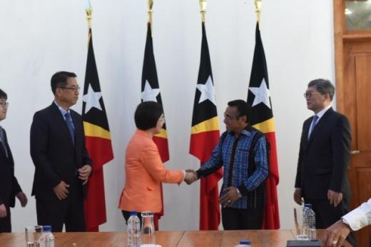 이미경 코이카 이사장(가운데 좌측)이 8일 동티모르 대통령궁에서 루올로(가운데 우측) 동티모르 대통령과 악수를 하고 있다. /사진=코이카