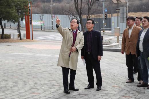▲ 진접읍 푸른숲 도서관 방문한 조광한 시장. / 사진제공=남양주시