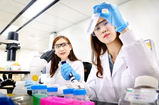 LG화학 생명과학사업본부 연구원들이 바이오분석을 수행하고 있다./사진=LG화학