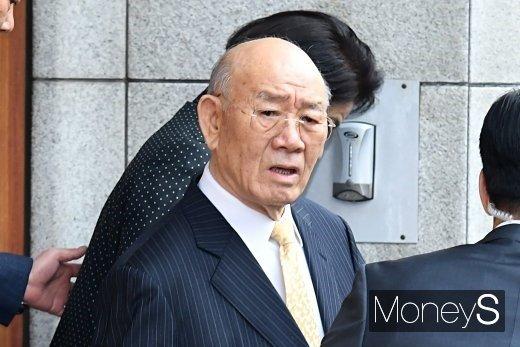 전두환씨가 11일 오전 광주지방법원에서 열리는 재판에 출석하기 위해 서울 서대문구 자택을 나서고 있다. /사진=장동규 기자