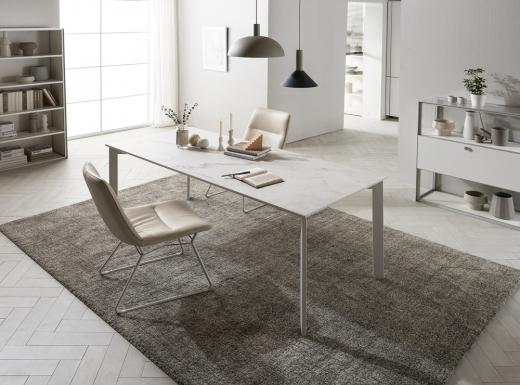 현대리바트가 선보인 스와레 세라믹 식탁과 플로림 세라믹 타일을 적용한 빌트인 가구 제품 이미지/사진=현대리바트