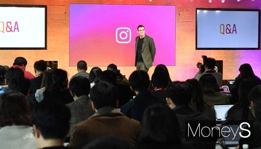 [머니S포토] 취재진 질문 듣는 아담 모세리 인스타그램 CEO