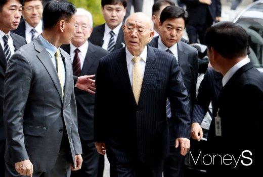 지난 1996년 내란죄 등의 혐의로 기소돼 1심에서 사형을 선고받았던 전두환씨(88)가 11일 광주광역시 동구 법정동 광주지법 대법정에 출석하고 있다. /사진=임한별 기자