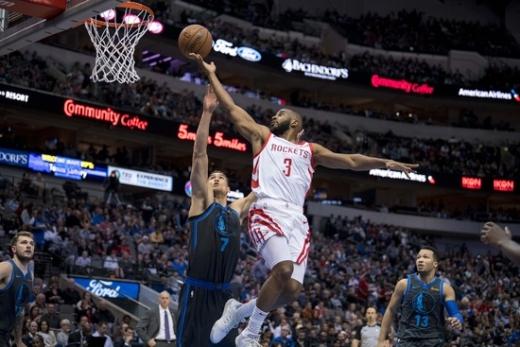 1일(한국시간) 미국 텍사스 주 댈러스 아메리칸 에어라인즈 센터에서 열린 2018-2019시즌 NBA 정규리그 댈러스 매버릭스 원정경기서 9어시스트를 올리며 NBA 통산 어시스트 7위에 오른 휴스턴 로케츠의 가드 크리스 폴(오른쪽). /사진=로이터