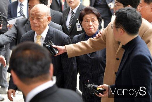 전두환씨와 이순자씨가 11일 광주광역시 동구 법정동 광주지법 대법정에 출석하고 있다. /사진=임한별 기자