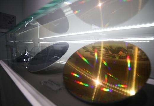 서울 서초구 삼성전자 딜라이트에 전시된 반도체 웨이퍼. /사진=뉴스1