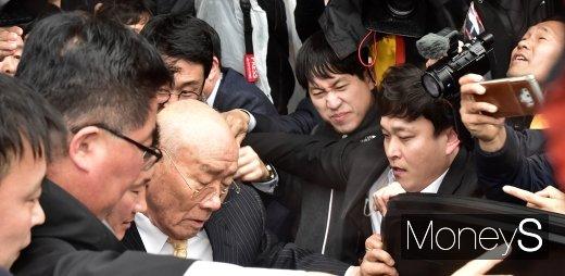 [머니S포토] 전두환 재판 종료, 아수라장된 법원