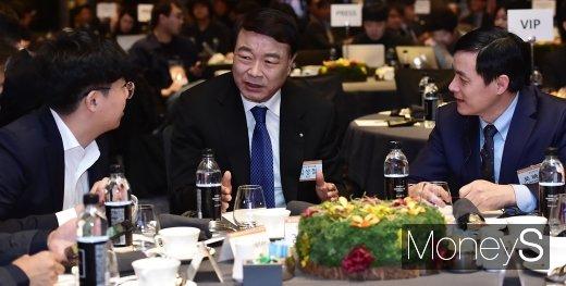 [머니S포토] 한컴그룹 AI음성인식 합작법인 설립, 의견 나누는 김상철 회장