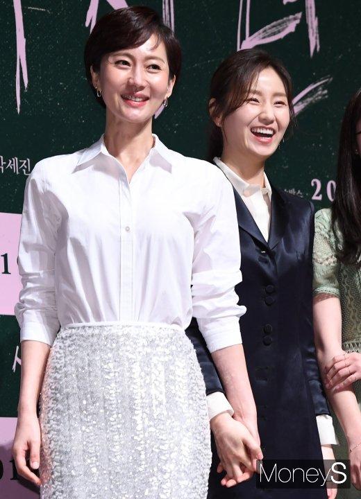 [머니S포토] 염정아·김소진, 친자매처럼 손 꼭 잡고