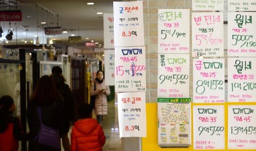 지난해 부동산 실거래 신고 위반건수가 역대 최대로 집계됐다. 사진은 서울시내 한 공인중개업소.(사진 속 매물은 기사 내용과 관련 없음) /사진=뉴시스 DB