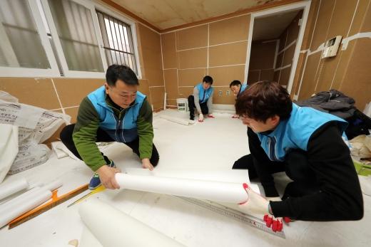 대우건설 임직원이 '희망의 집 고치기' 봉사활동을 진행했다. /사진=대우건설