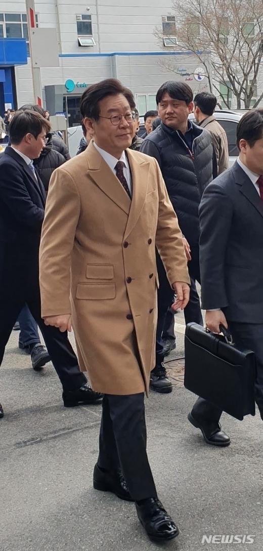 이재명 경기도지사가 14일 오후  '형님 강제입원' 관련 10차 공판에 출석하기 위해 수원지방법원 성남지원 제3호법정에 들어서고 있다. / 사진=뉴시스
