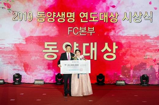 동양생명 뤄젠룽 사장(왼쪽)과 '동양대상'을 수상한 장금선 명인. / 사진=동양생명