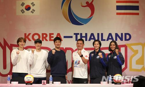 지난해 4월6일 경기 화성 푸르미르호텔에서 열린 2018 한국-태국 여자배구 올스타슈퍼매치 기자회견에서 한국 및 태국 감독과 선수들이 파이팅 포즈를 취하고 있다. /사진=뉴시스