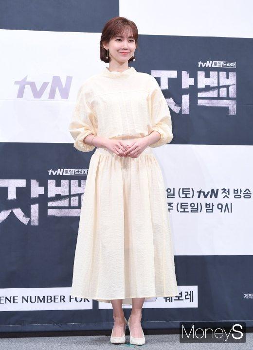 [머니S포토] 신현빈, 봄이 느껴지는 패션