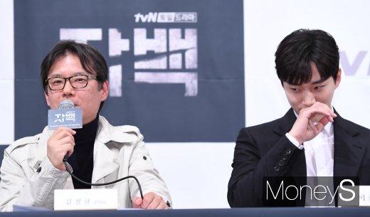 [머니S포토] 김철규 감독 칭찬에 쑥스러운 이준호