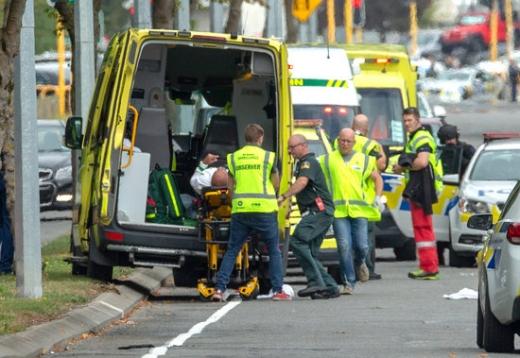대규모 총기난사 사건이 발생한 뉴질랜드 크라이스트처치 중심부에서 15일 구급대원들이 부상자를 옮기고 있다. /사진=로이터
